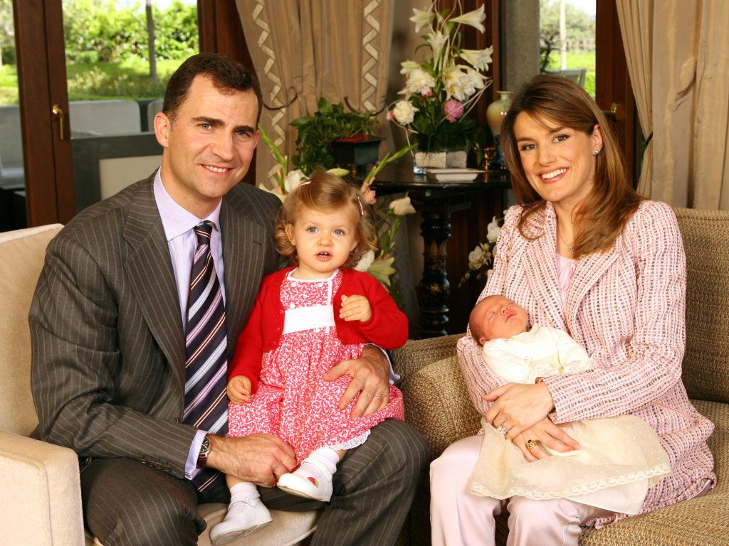 2007年4月29日、第2子となるソフィア王女を無事出産したレティシア妃。元気を取り戻したその表情に、国民もひと安心。以来、事あるごとに報道される幸せいっぱいのファミリーフォトはスペイン王室の名物となる。