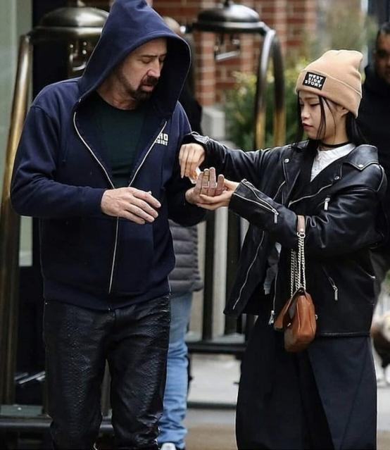 新型コロナウイルスの感染対策なのだろうか、リコがバッグから消毒液を取り出し、ニコラスの手に優しく注ぐ場面も。