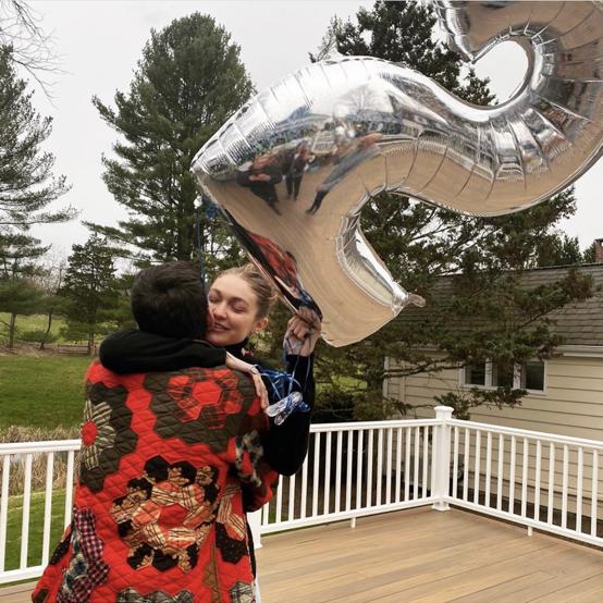 25歳の誕生日を迎えたジジ・ハディッドが、自宅でバースデーパーティを開催。その後インスタグラムで公開された写真には、ゼイン・マリク(27)とのラブラブなツーショットが!
