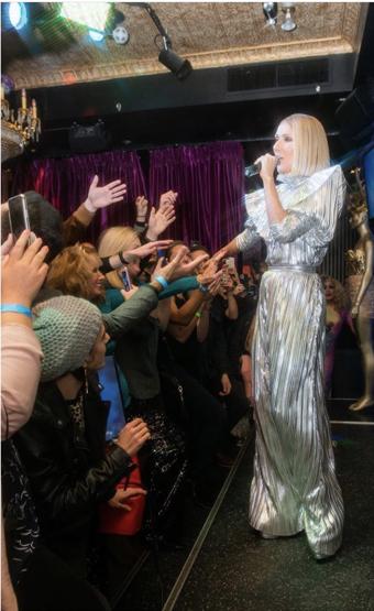 ファンと一緒に大熱唱する様子が、SNSで大きな話題に! Photo:Instagram(@celinedion)