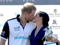 新婚ヘンリー王子&メーガン妃がロイヤルキス! ダイアナ元妃を思わせるとファンも大興奮