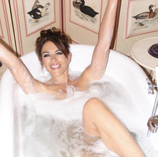 泡風呂に入ったエリザベスは、両手を広げて大胆にポーズ。そして同時に、自慢の美脚もちら見せ!