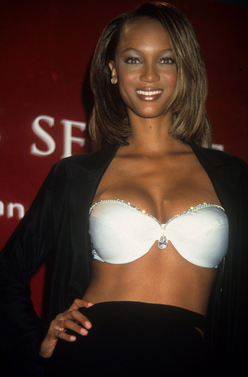 1997年、広告塔に起用するモデルとの専属契約がスタートし、ヴィクシーエンジェルが誕生。ファンタジーブラを身につけたのは、この年エンジェルデビューを果たしたタイラ・バンクス。ダイヤモンドが輝く純白のブラの名称は「ダイヤモンド ドリーム ブラ」(約3.3億円)。