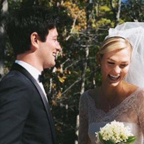 カーリー・クロスが結婚! 婚約発表から約3カ月後に、美しいウェディングドレス姿を披露