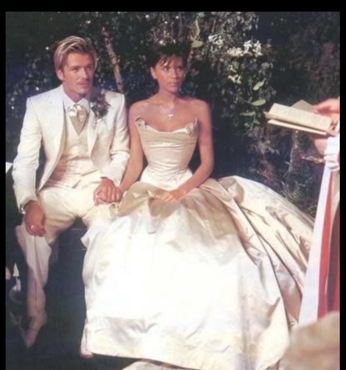 電撃妊娠を経て、1999年3月に長男ブルックリン(20)が誕生。そして同年7月、ついに結婚! ヴィクトリアとデヴィッドのウェディング写真が、ゴシップ誌の表紙を席巻。出産からわずか4カ月後とは思えぬくびれとスリムなボディで、世間をあっと驚かせた。