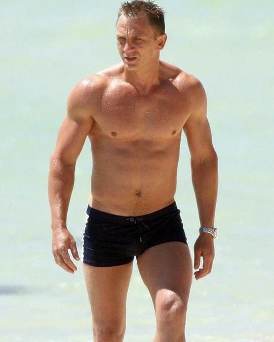 『007』のボンド役で人気を集めるダニエル・クレイグ(51)。シリーズ初出演となった『カジノ・ロワイヤル』で見せた水着姿は、公開から13年経った今も語り継がれるほど。来年公開予定の新作『ノー・タイム・トゥ・ダイ』にも期待が高まる!