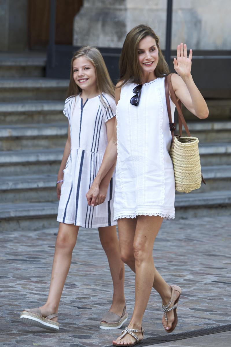 レオノール王女とソフィア王女が大きくなるにつれ、母娘ファッションも話題に。2017年、バカンスのために訪れたマヨルカ島では、揃ってワンピースにフラットシューズというラフなスタイルでショッピングを楽しむ姿がパパラッチされた。