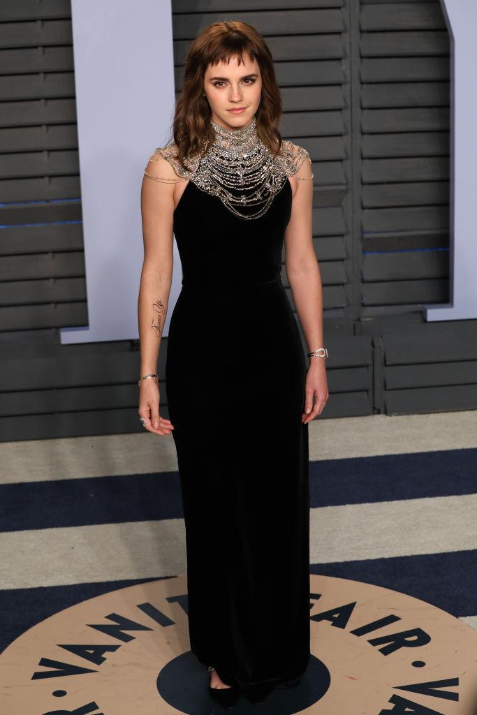 エマが最後にレッドカーペットに姿を見せたのは、2018年3月。このときもブラックのドレスだったが、今回はさらにひと皮むけたよう。