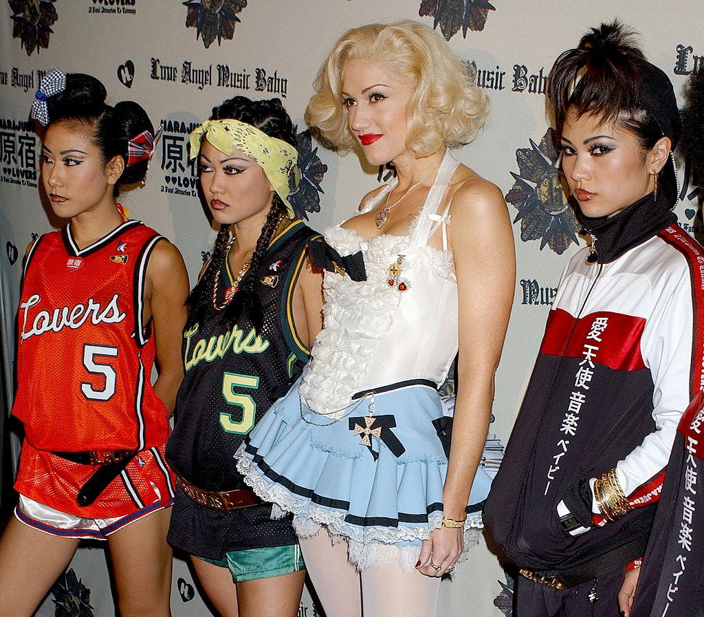2004年、念願のソロアルバム『ラヴ・エンジェル・ミュージック・ベイビー』を発売! 同アルバムではバックダンサーに「原宿ガールズ」を起用するなど、グウェンの日本愛がたっぷり。今となっては珍しいロリータファッションも必見。