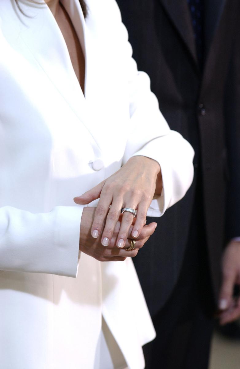 フェリペ6世から贈られた婚約指輪は、スペインのジュエラー、スアレスのもの。ホワイトゴールドのアームに16個のダイヤモンドがセットされたリングの価格は約50万円。王室らしからぬリーズナブルな価格が世間を驚かせた。(2003年)