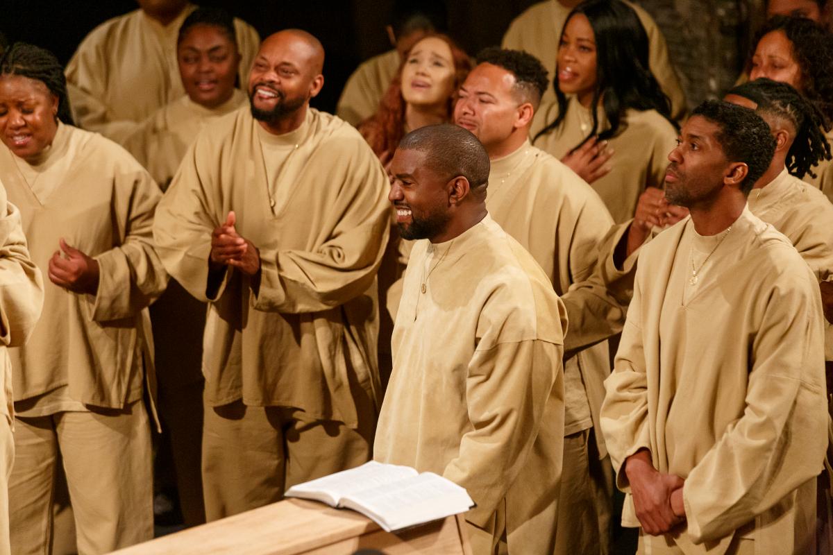 2019年から主催するようになったのが、日曜礼拝「サンデーサービス」。これは自身の楽曲をアレンジし、聖歌隊と合唱するゴスペルパフォーマンスのことで、コーチェラ・フェスティバルやパリコレでも開催。ゴスペルアルバム『Jesus Is King』も発表するなど、カニエの活躍はヒップホップの枠を超えていく。