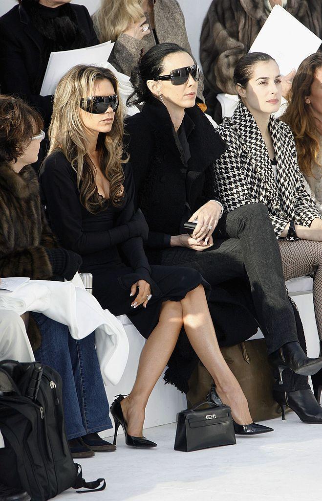ファッション界で顔を広げ、フロントロウの常連となったヴィクトリア。この頃から徐々に、露出を抑えたモードなスタイルを選ぶように。アイコニックな巨大サングラスをかけて鎮座する姿が定番となる。