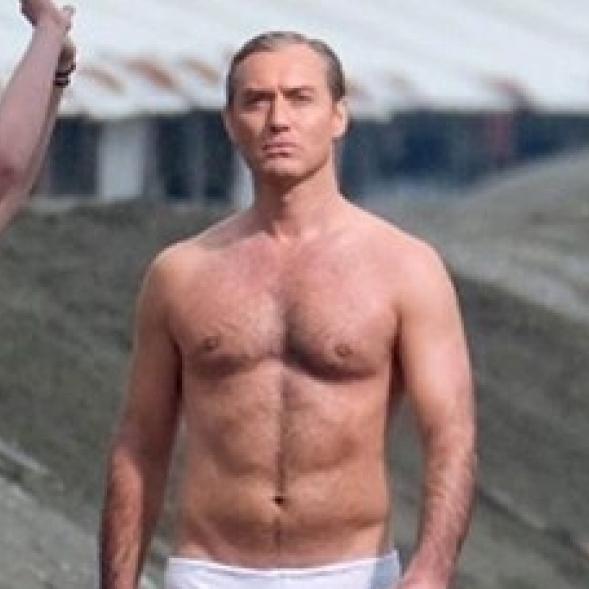 ジュード・ロウ、白いブリーフ姿でビーチに出現!? 鍛え上げられた肉体美を披露