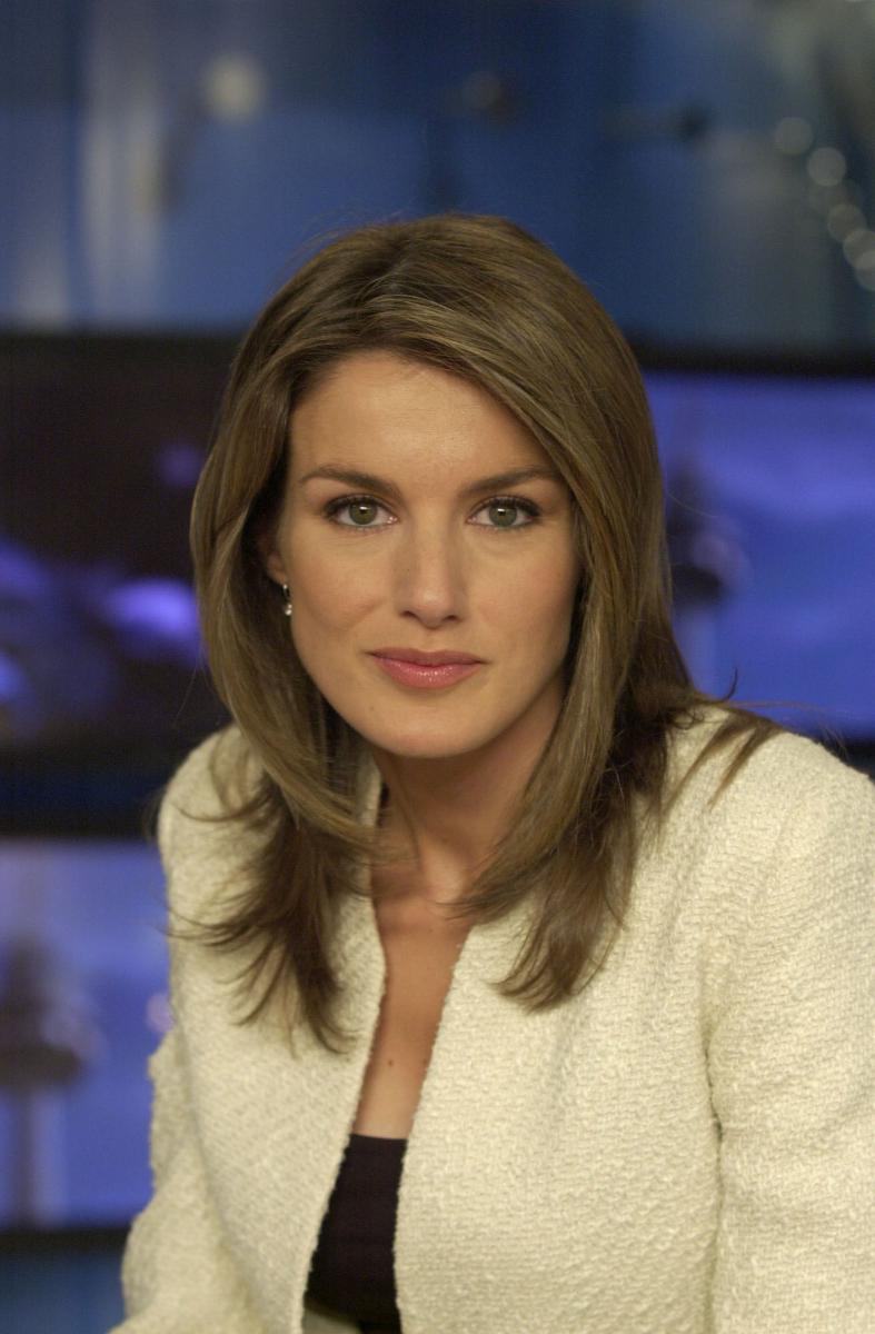 スペイン国営放送のニュース番組に出演するようになると、その美貌と知性で瞬く間に人気者に! 2001年には、30歳以下の優れたジャーナリストに贈られるLarra賞を見事受賞。しかし順調なキャリアに反して、わずか1年でアロンソと離婚してしまう。