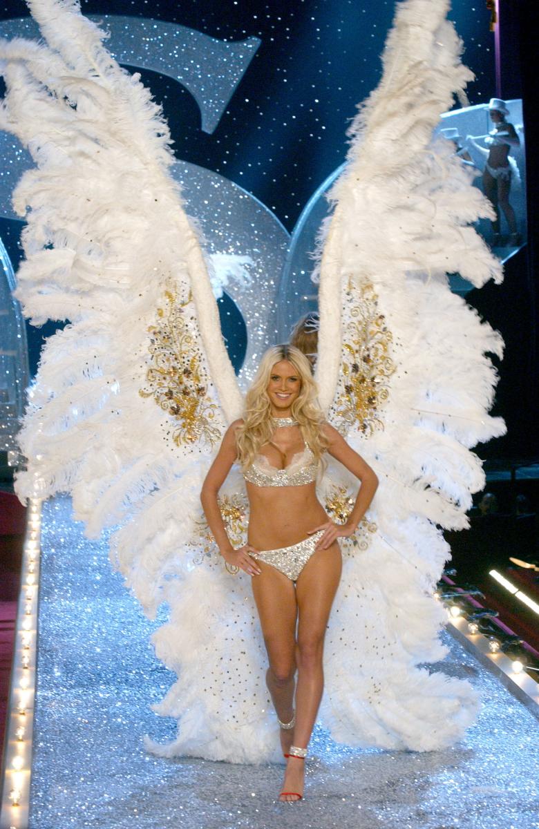 2003年のショーでファンタジーブラに並んで注目されたのが、こちらの巨大ウィング! モデルの身長の2倍を超える特大サイズの羽に、会場は一時騒然。