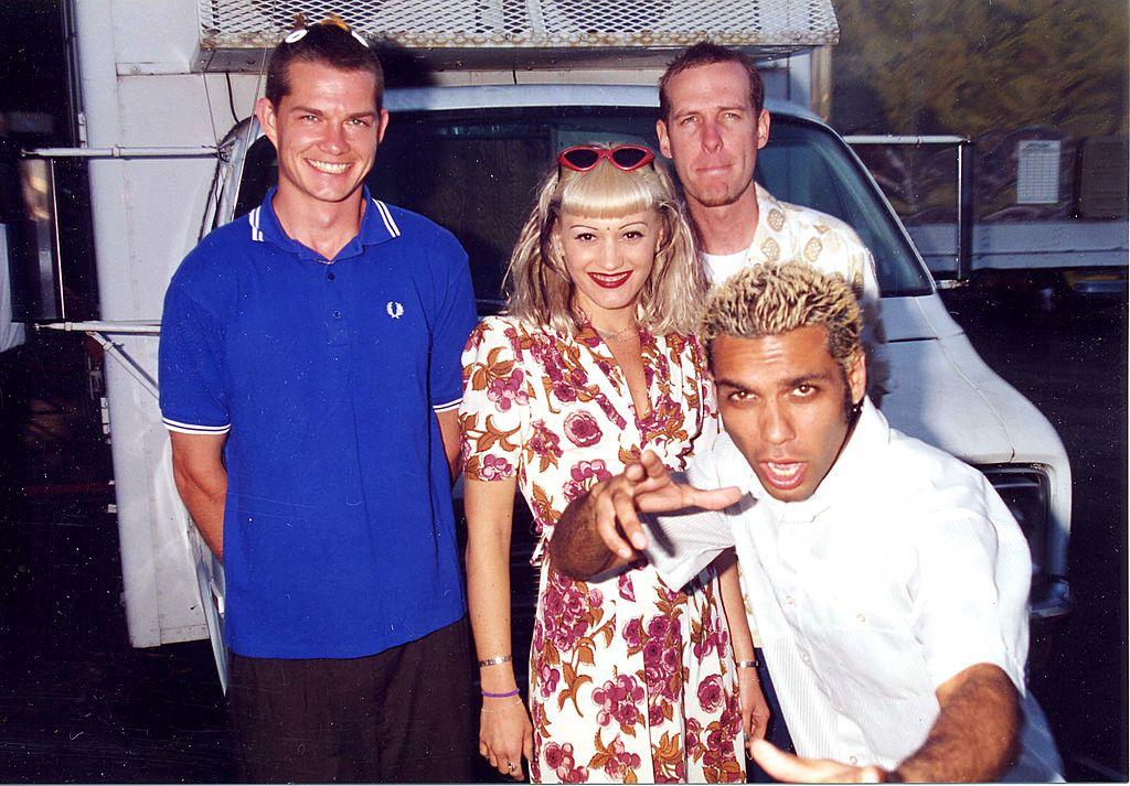 1992年、ロックバンド「ノー・ダウト」のボーカルとしてデビューしたグウェン。メンバーとのオフショットでは、キッチュなサングラスに花柄ワンピースというヴィンテージルックを披露。駆け出しのアーティストながらセンスは抜群⁉︎