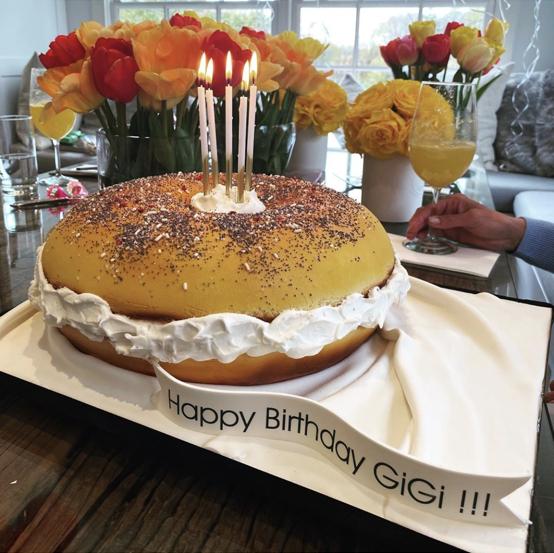 ゼインとのツーショット以外にも、複数の写真をアップしたジジ。ドーナツをかたどったケーキに、部屋に飾られたカラフルなバルーンなど、アットホームなパーティショットがずらり!