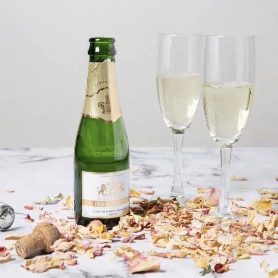 これまでもオリジナルのウィスキーやシャンパン、ポートワインを発売し、好評を得てきた英王室。女王の庭園から材料を集めたこのスペシャルなお酒も、ロングセラーとなる可能性大!