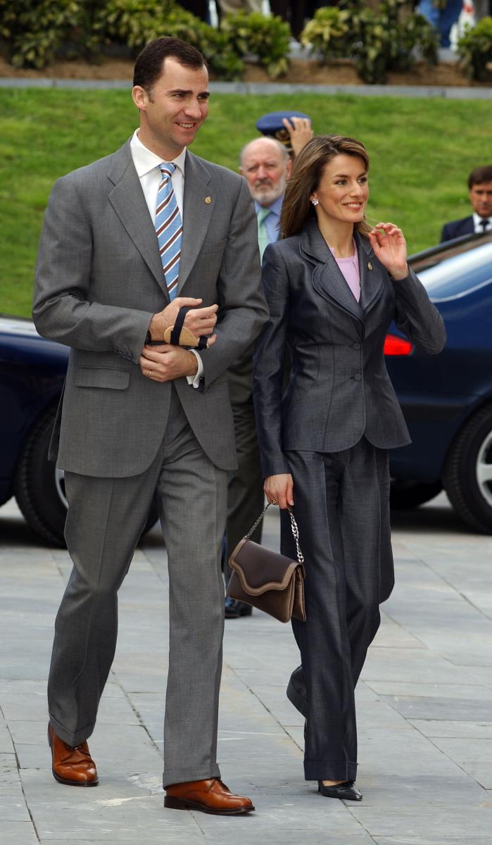 スカートが一般的だったスペイン王室にパンツスタイルを浸透させたのもレティシア妃。キャリアウーマン時代のように髪をなびかせ、さっそうと歩く姿はフェリペ6世よりも男前? 挙式の翌年には第1子の妊娠が明らかに。(2005年)