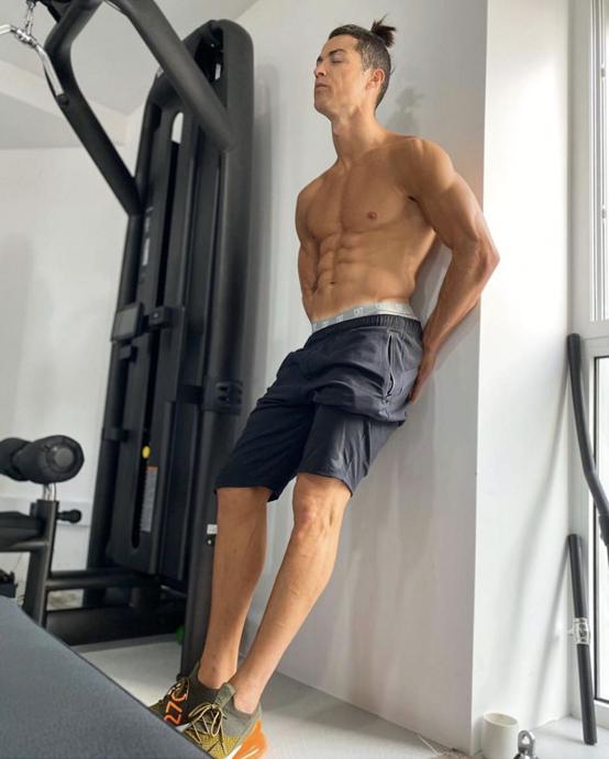 自宅のトレーニングルームで撮影した半裸ショットを公開したクリスティアーノ・ロナウド。インスタグラムを通して2億人のフォロワーを熱狂させた。