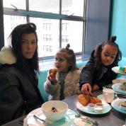 すっかりママの顔! コートニー・カーダシアンが娘たちを連れてティファニーで朝食