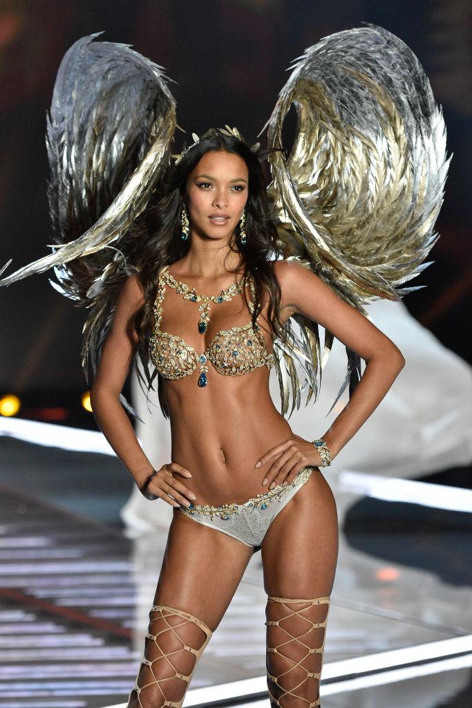 2017年、ダイナミックにカールした羽とともに披露された「シャンパン ナイツ ファンタジー ブラ」(約2.2億円)。神秘的な魅力を放つシャンパンゴールドのブラは、まるで芸術作品のよう。ブラジル出身のモデル、ライス・リベイロが着用。