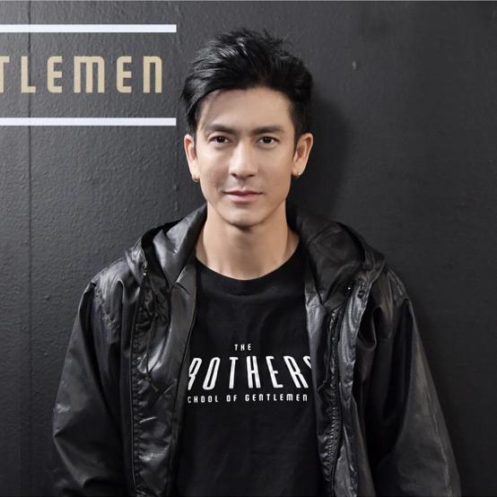 タイの俳優、ティックことジェッダポーン・フォンディー(43)。歴史的ヒットとなったギャング映画『Dang Bireley's and Young Gangsters』(1997年)に出演したことで、国民的スターに! エコツーリズムの番組を持ったり、ユニセフの慈善活動をサポートしたりと、まさに才色兼備。