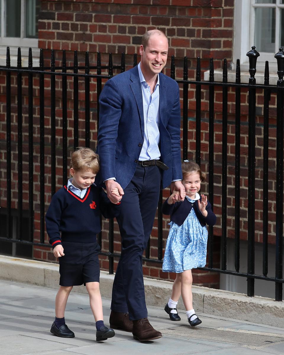 ジョージ王子とシャーロット王女を連れ、病院へ向かうウィリアム王子。Photo:Getty Images