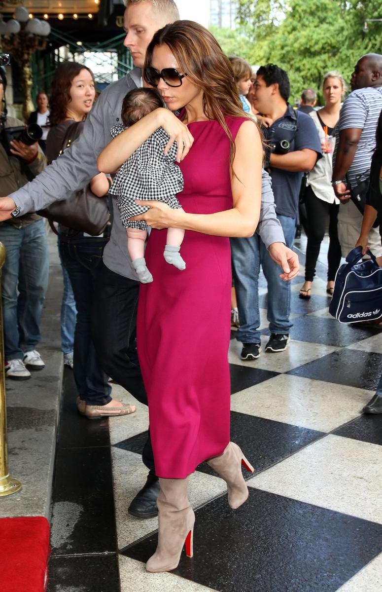2011年、念願の女児ハーパー(7)が誕生。出産後、こなれたファッションで愛娘と一緒に出かけるヴィクトリアをキャッチ。バーガンディのロング丈ドレスでエレガントにまとめた姿は、ミニスカートで育児していた頃からは想像できない?