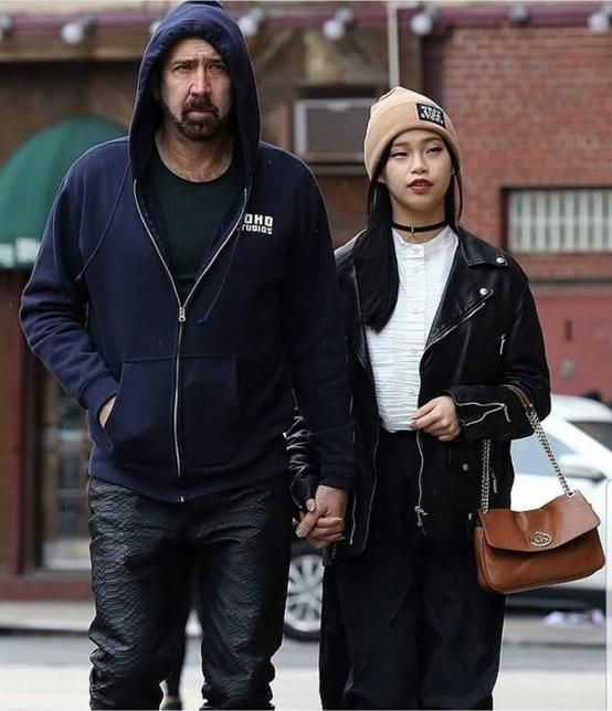 ニューヨークでランチデートに出かけたふたりをキャッチ! クールな表情を見せながらも、その手はがっちりとつながれている。