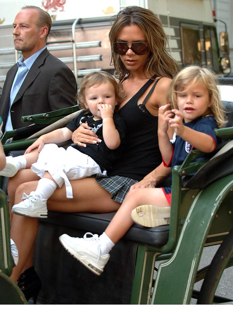 2005年に三男クルス(14)が誕生し、ベッカムファミリーはますます大所帯に。ブラジャーの露出&極ミニ丈のスカート姿で育児をする様子は、ゴシップ誌の格好のネタに。しばしば世間から非難の的になるも、ヴィクトリアからすれば狙い通り?
