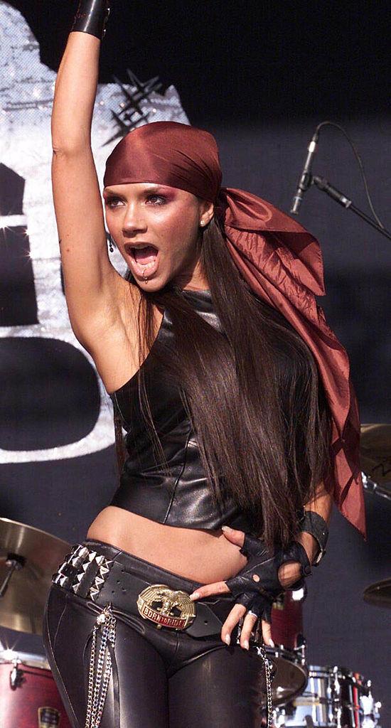 2001年、人気の下降とともにスパイス・ガールズが解散。その後、R&B路線でソロ活動をスタートさせたヴィクトリアだが、アルバムの売り上げは鳴かず飛ばず。口ピアス&セクシーな衣装も虚しく、失敗に終わってしまう。