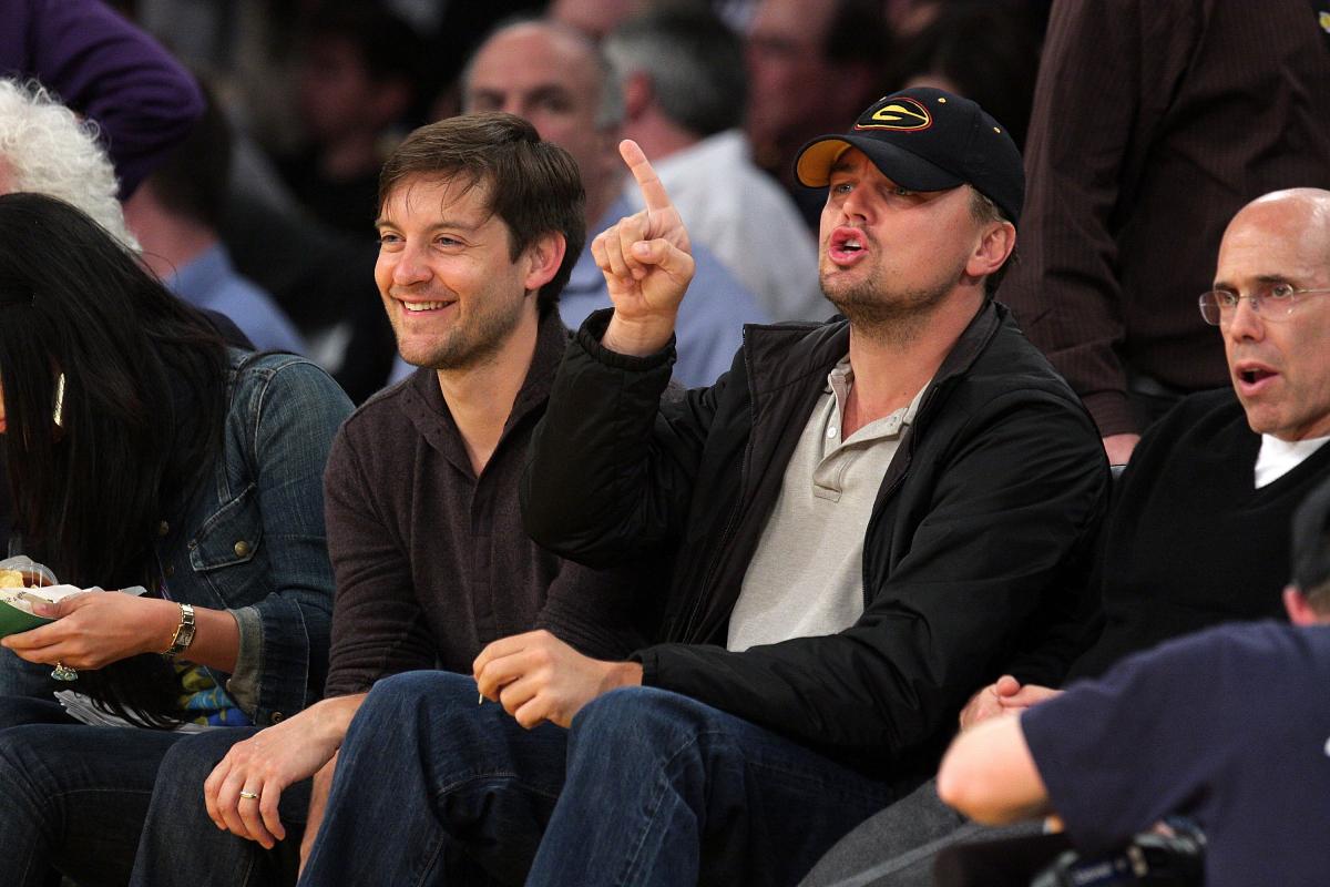 2009年、NBA観戦に出掛けたトビー・マグワイアと、レオナルド・ディカプリオ