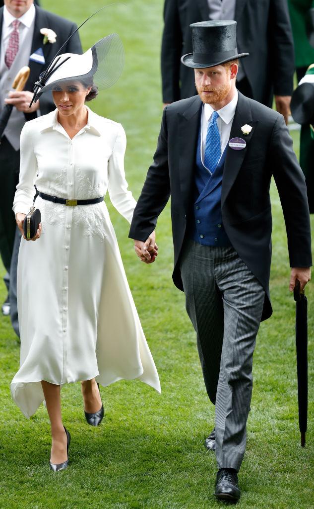 「ロイヤルアスコット」に初参加したメーガン妃。ジバンシィの白いドレスを着用