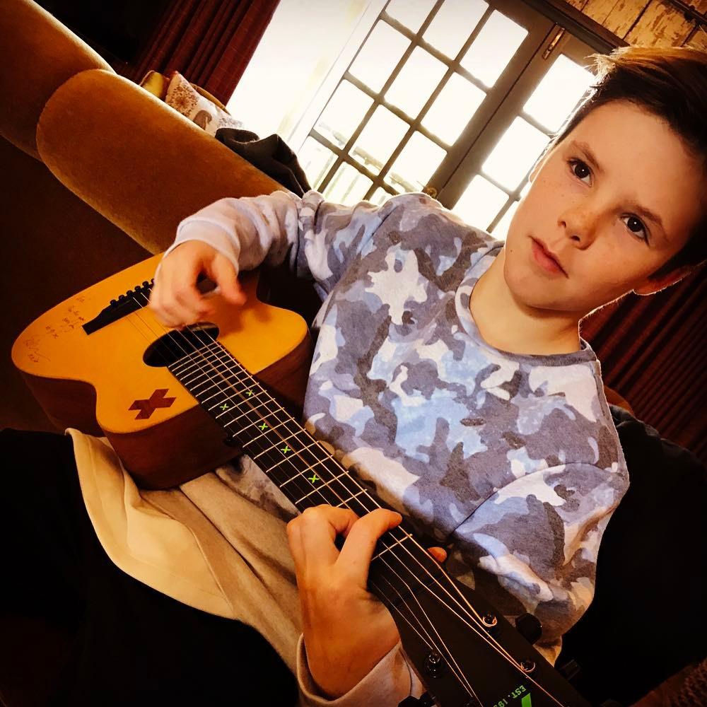2016年、わずか11歳で歌手デビューしたベッカム家の三男、クルス・ベッカム