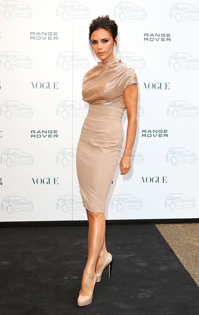 2011年、「ブリテッシュ・ファッション・アワード」で「デザイナー・オブ・ザ・イヤー」に選ばれたヴィクトリア・ベッカム。ヌードカラーでシックにまとめたスタイルを披露した