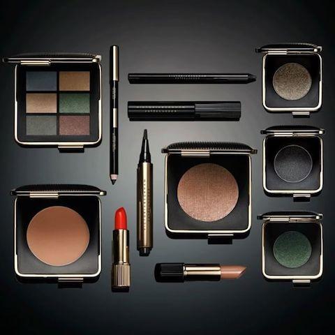 2016年、ヴィクトリア・ベッカムは化粧品ブランドのエスティ ローダーとのコラボ商品「ヴィクトリア・ベッカム エスティ ローダー」を発表