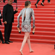 """クリステン・スチュワート、カンヌ国際映画祭でハイヒールを脱ぎ""""裸足の抗議"""""""
