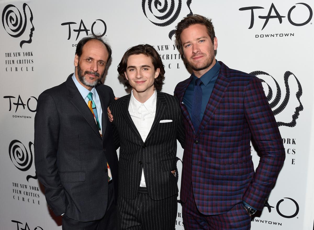 2017年、ニューヨーク映画批評家協会賞の授賞式に映画『君の名前で僕を呼んで』のルカ・グァダニーノ監督、共演者の俳優アーミー・ハマーと共に出席したティモシー・シャラメ