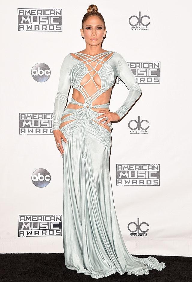 2015年のアメリカン・ミュージック・アワードにて。シャーベル・ゾーイのボンデージ風ドレスを身にまとったジェニファー・ロペス