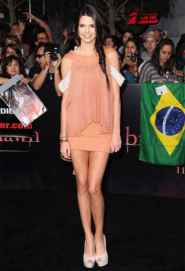 2011年、映画のプレミアで、Ajeのピンクのミニドレスを大人っぽくコーディネートしたケンダル・ジェンナー