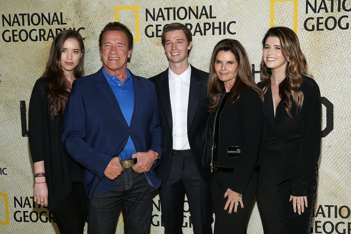 左から、シュワルツェネッガー家の次女クリスティーナ、父親のアーノルド・シュワルツェネッガー、俳優としても活躍する長男のパトリック、ジョン・F・ケネディ元大統領の姪でジャーナリストとして活躍する母親のマリア・シュライバー、そして長女キャサリン。Photo:Getty Images
