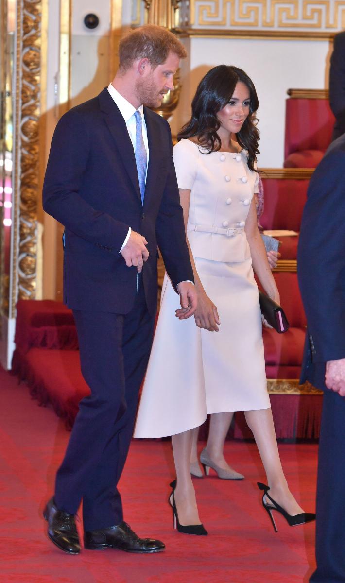 「ヤング・リーダー・プログラム」の授賞式に出席したメーガン妃。淡いベージュピンクのドレスはプラダのもの