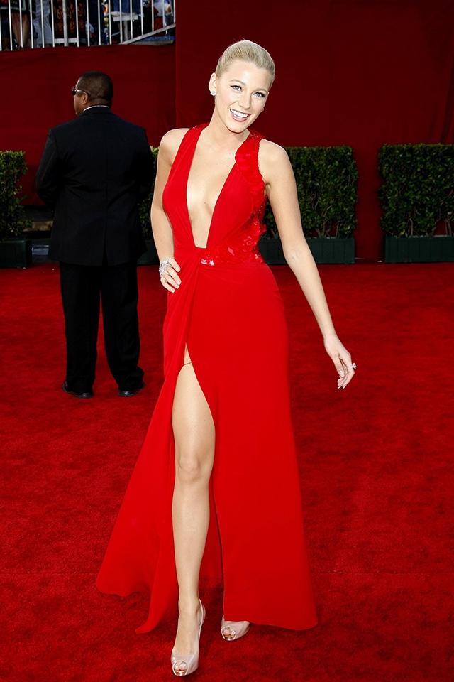2009年、第61回エミー賞に出席したブレイク・ライブリー。ヴェルサーチェの真っ赤なドレスで長い脚とセクシーな胸もとをアピールした