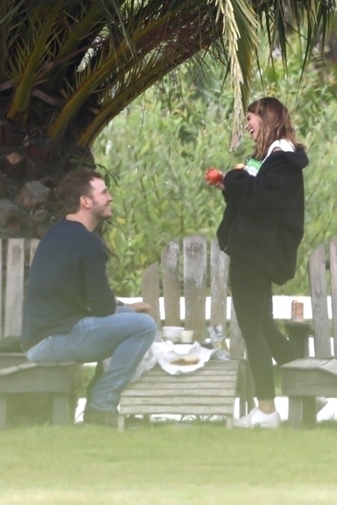 ふたりはカジュアルな服装に身を包み、サンドイッチやポテトチップをシェアしてピクニックデートをエンジョイ。クリスのデートのお相手とは一体……? Photo:Backgrid/アフロ