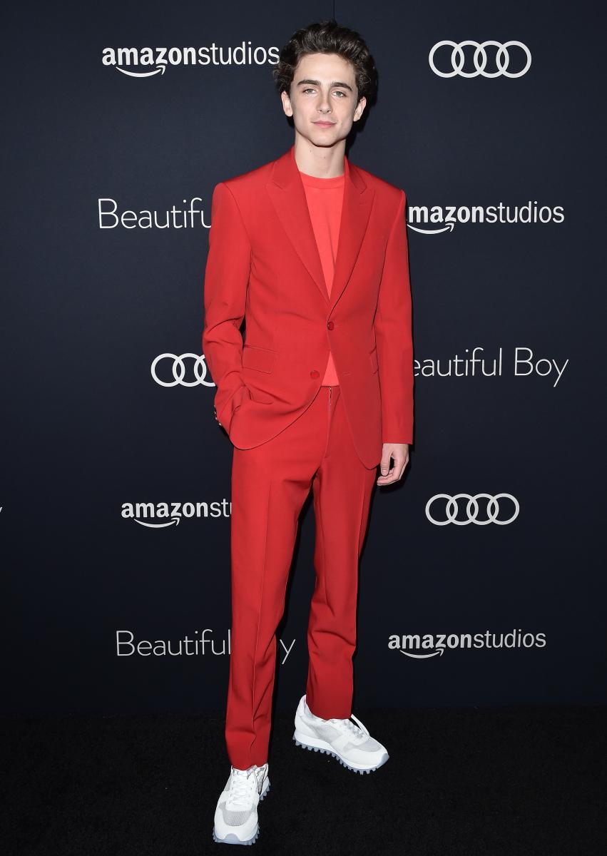 ルイ・ヴィトンの真っ赤なスーツを身にまとったティモシー・シャラメ