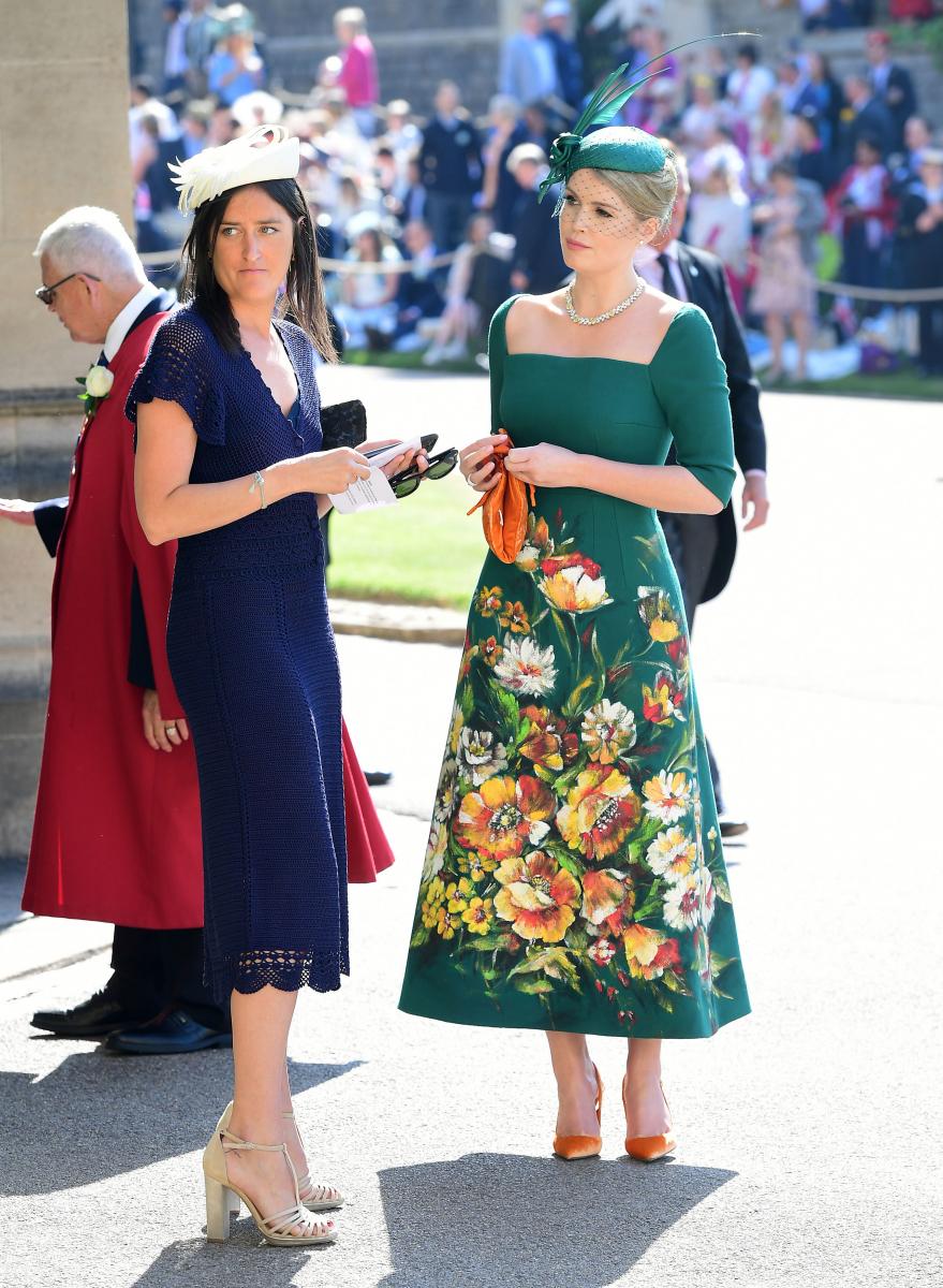 故・ダイアナ元妃の姪、キティ・スペンサー(右)は、ドルチェ&ガッバーナのドレスを着用