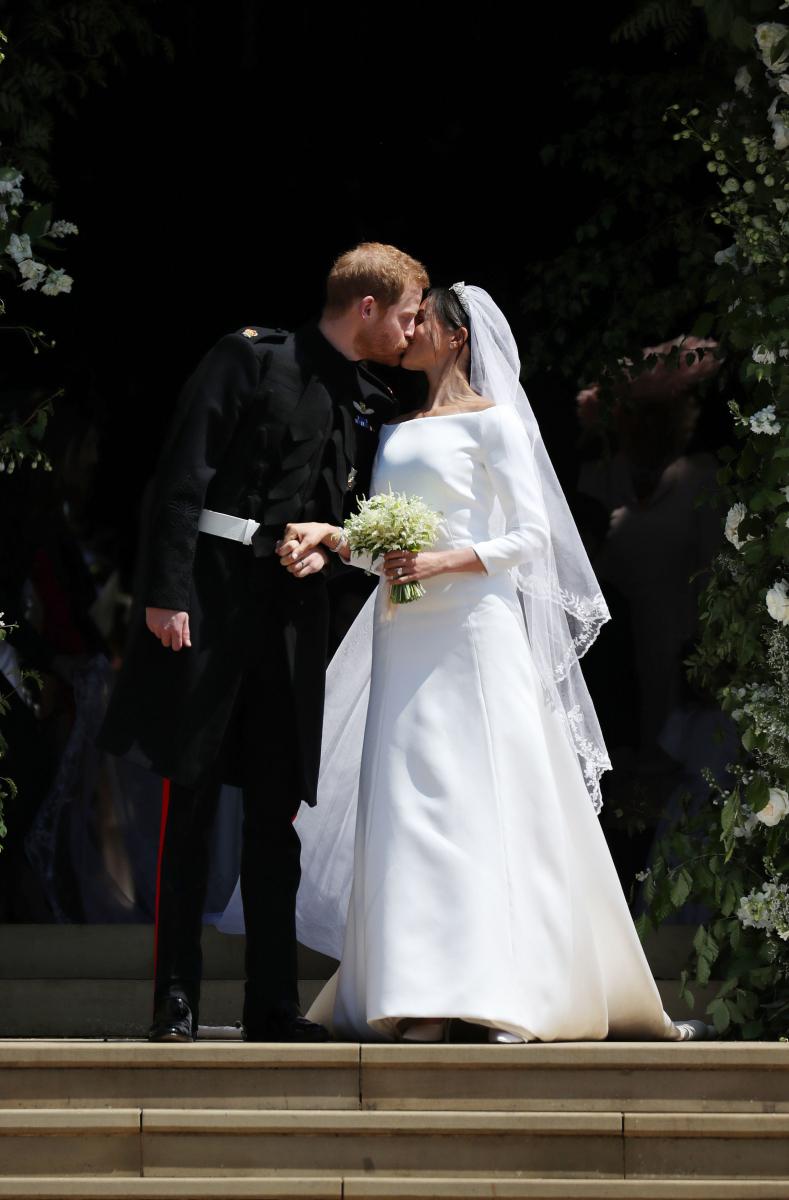 英国出身でブランド初の女性デザイナー、クレア・ワイト・ケラーが手掛けた新生、「ジバンシィ」のウェディングドレスに身を包んだメーガン妃