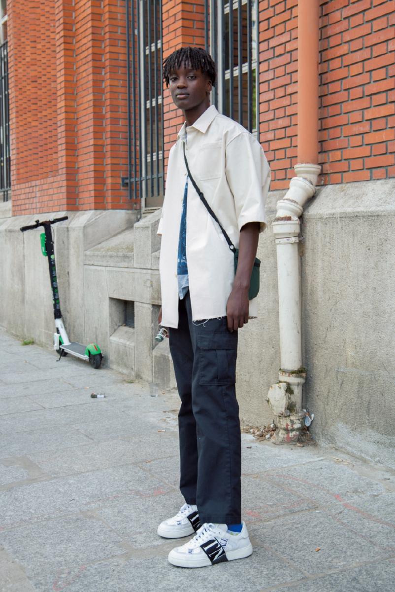 端正な白シャツにはかすかなストリート感を
