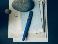 《手紙を書く女》羽根ペンから万年筆へ。愛を込めた言葉を綴る道具